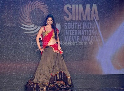 Lakshmi rai show at stage