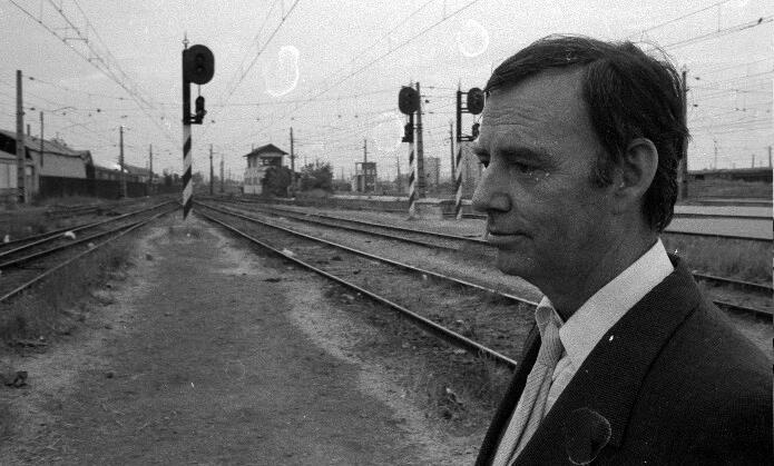 Jorge Teillier en unas vías de tren