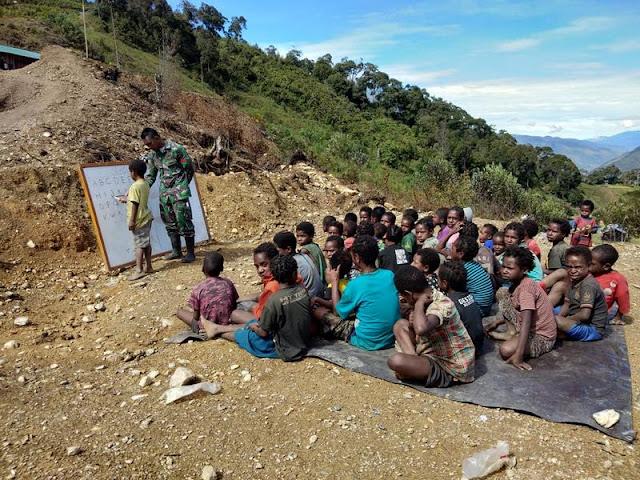 Kisah Satgas Pamrahwan Yonif MR 412 Kostrad Buat Sekolah Darurat di Puncak Jaya
