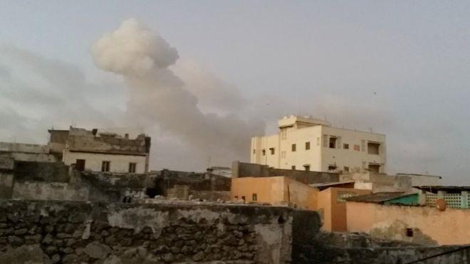 Somalia al-Shabab: Deadly double car bombing near presidential palace