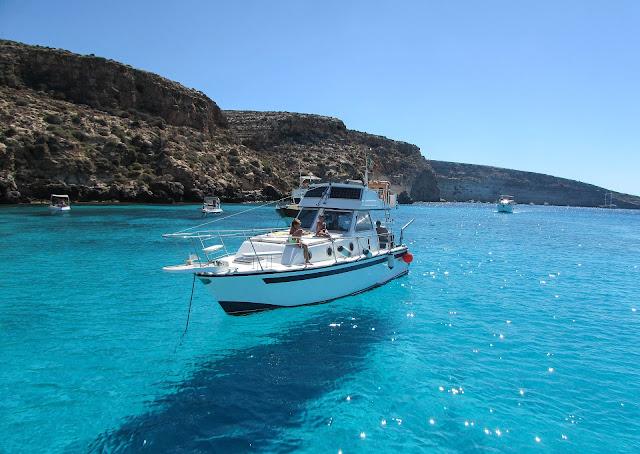 ランペドゥーザ島の宙に浮いたように見える船