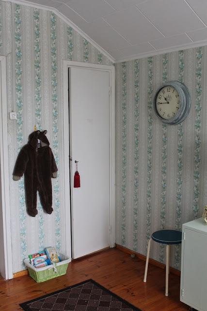rintamamiestalo, makuuhuone, komeron ovi, kukkatapetti, retro
