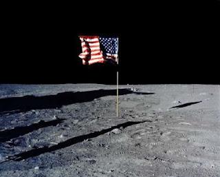 Quando os astronautas pousaram na Lua na missão Apollo 11 observaram um objeto não identificado voando próximo do local em que estavam. Primeiro presumiram que era parte do foguete SIV- B, mas depois confirmaram que ele estava a 9.656 km de distância. Isto não foi explicado até os dias de hoje