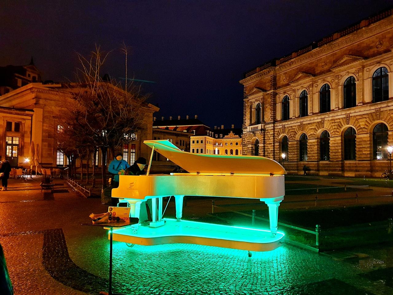 Po zmroku plac teatralny rozświetlają Zwinger, Rezydencja Wettynów, Katedra Św. Trójcy i budynek Opery Sempera.