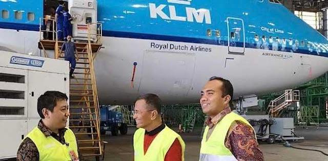 Pesawat Di Langit Warna Kuning Di MCC