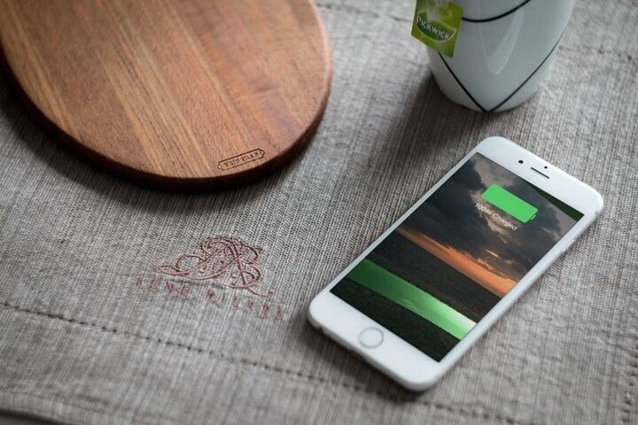 IPhone di atas meja