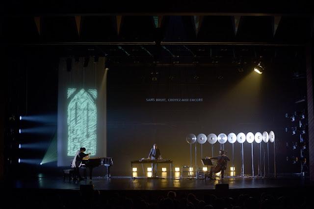 No-sofa-do-teatro-das-figuras-harmonies-em-palco