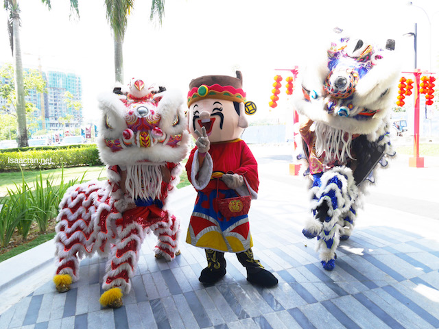 I love lion dances, and God of Prosperity