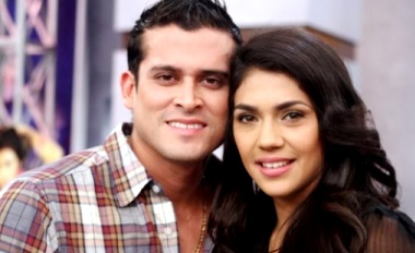 Foto de Christian Domínguez y Vania Bludau sonriendo