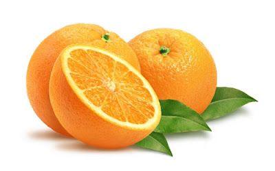 Media naranja y dos naranjas enteras. Tres hojas verdes debajo de la fruta
