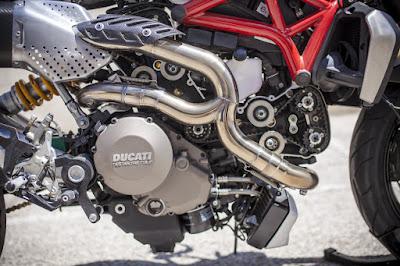 Ducati Monster 1200 S SuperMario escapes