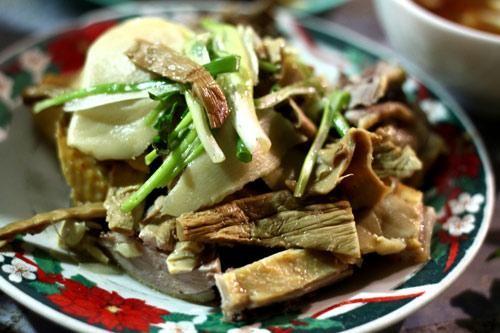 Bún ngan và chả ngan nướng ở vỉa hè phố Hàng Bông