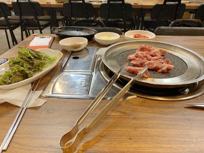 後から知ったがこれは「サムギョプサル」という韓国料理らしい。