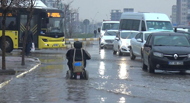 Diyarbakır'da etkili olan sağanak yağış engelliye zor anlar yaşattı