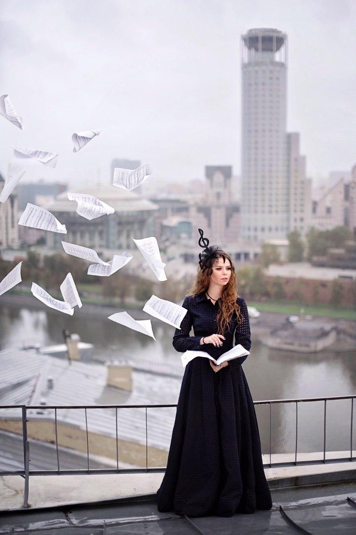 фотосессия на крыше в летящем платье My dress stories ninelly дом музыки
