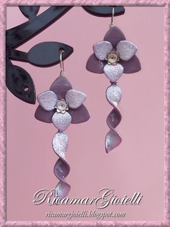 Orecchini a fiore con pendente a spirale realizzati con lo smalto per unghie