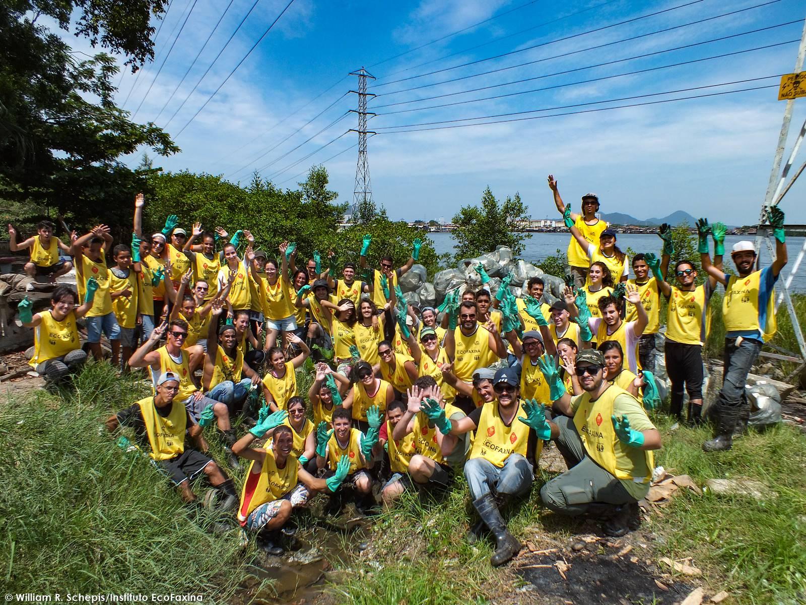 Guerreiros, voluntários posam para a foto da ação contentes pelo trabalho realizado.