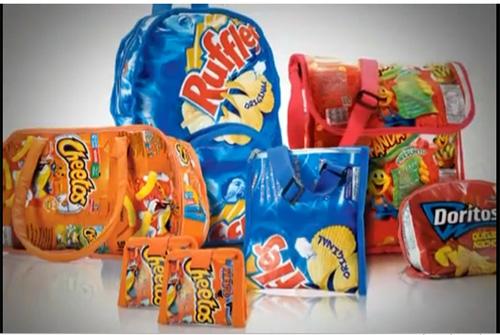 Bolsas feitas com embalagens de diferentes salgadinhos