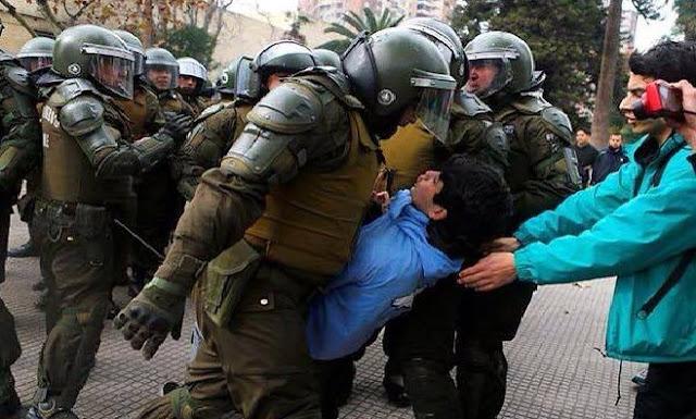Policía chilena usa gas lacrimógeno contra estudiantes indignados