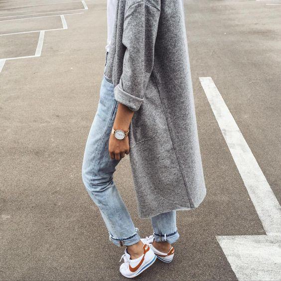 combina zapatilla nike cortez con vaqueros desgastados abrigo gris largo
