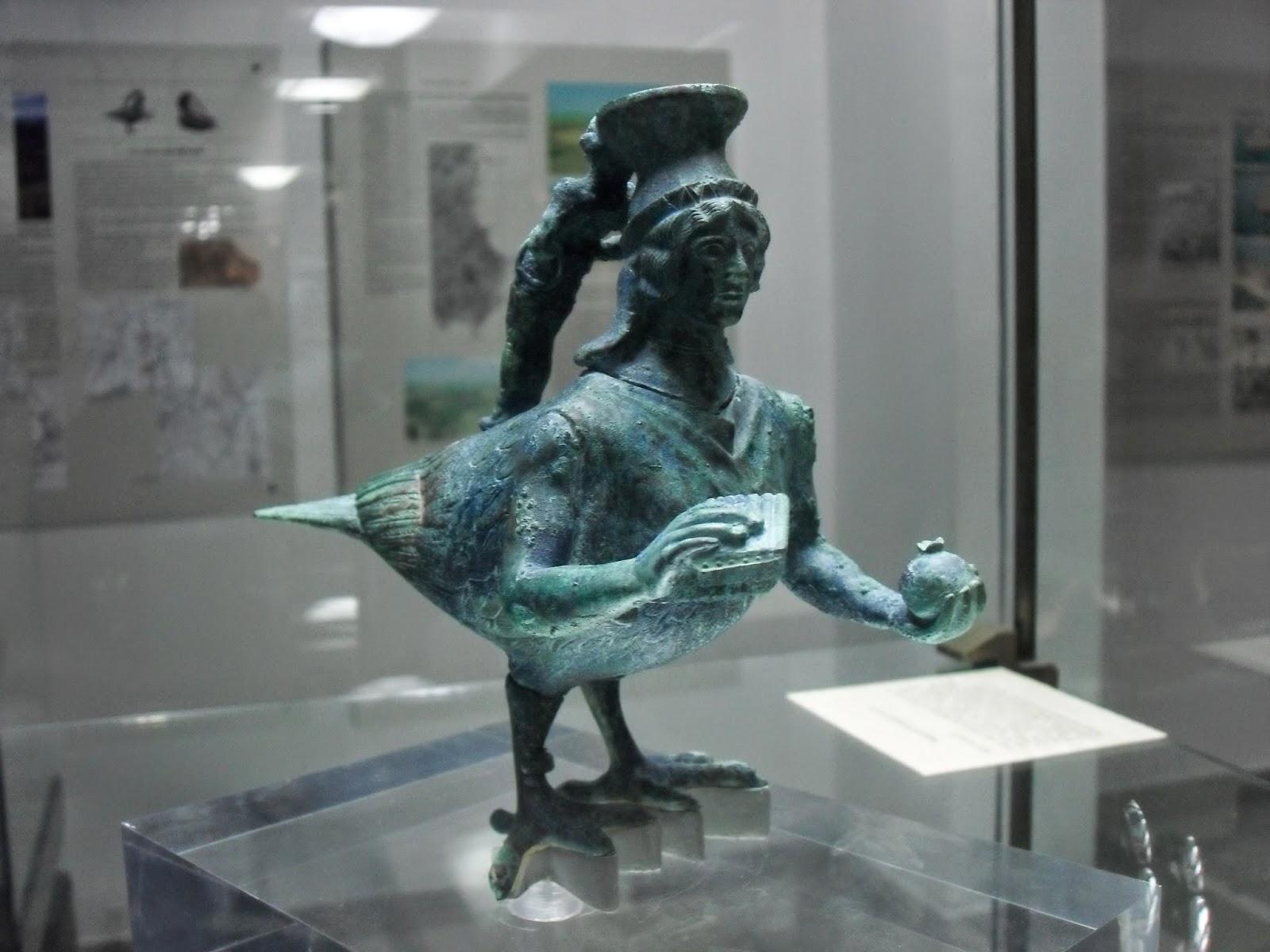 unguentario a forma di sirena con la testa di donna e il corpo di uccello, conservato nel museo archeologico di Crotone