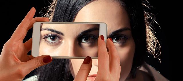 mujer tomando foto con smartphone