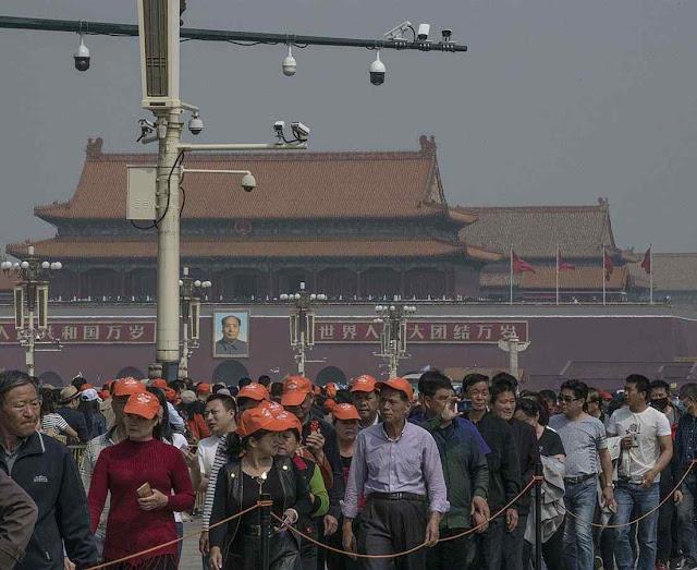 Centenas de milhões de câmaras monitoram as ruas chinesas. Na foto, no mausoleu de Mao em Pequim.