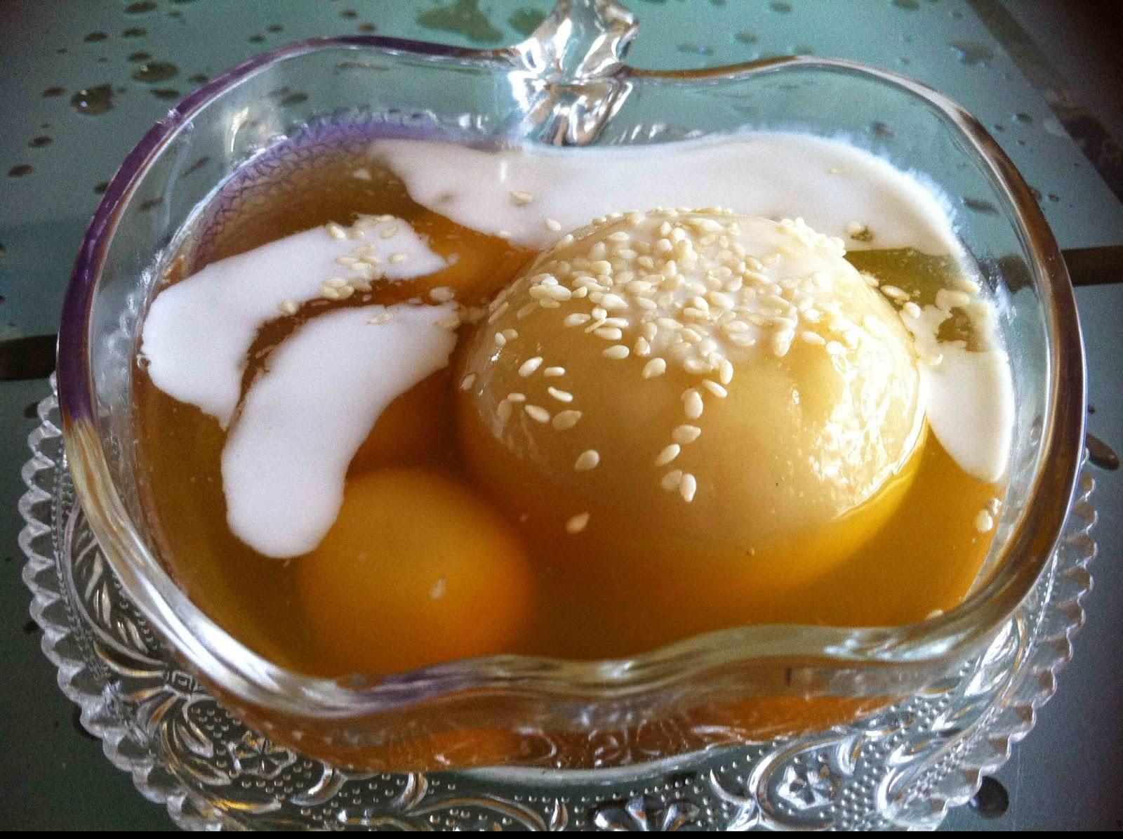 Bánh trôi nước ngon khi có vị cay ấm của gừng, vị thơm của bột nếp quyện với nhân đỗ xanh, vị bùi bùi của dừa nạo. Thích hợp ăn trong mùa rét
