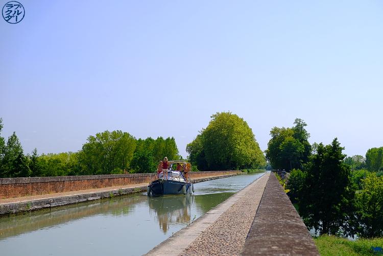 Le Chameau Bleu - Blog Voyage sur le Canal des Deux Mers à Vélo - Bateau sur le Pont Canal Cacor à Moissac
