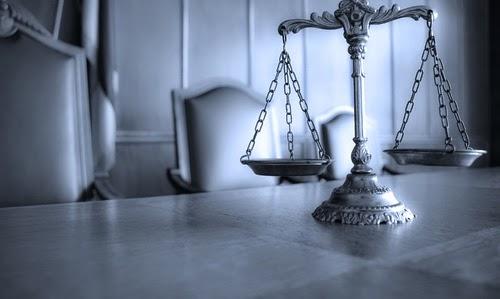 للمنديل الأبيض حكاية والف حكاية - الزي الموحد للمحامين