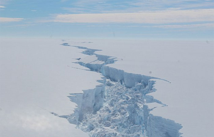 A giant, trillion-tonne iceberg has just broken away from Antarctica