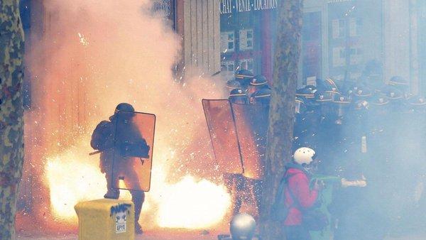 Policía desaloja a manifestantes de la Plaza de la República de París