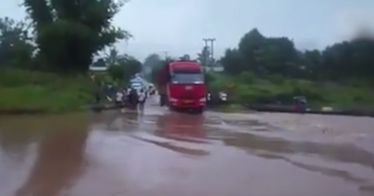 An amateur video of a truck trying to cross a strong current of flood.