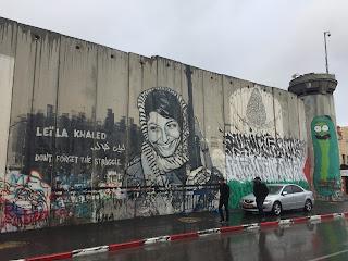 El muro que separa Israel y Palestina con la cara de Leila Khaled pintada en él