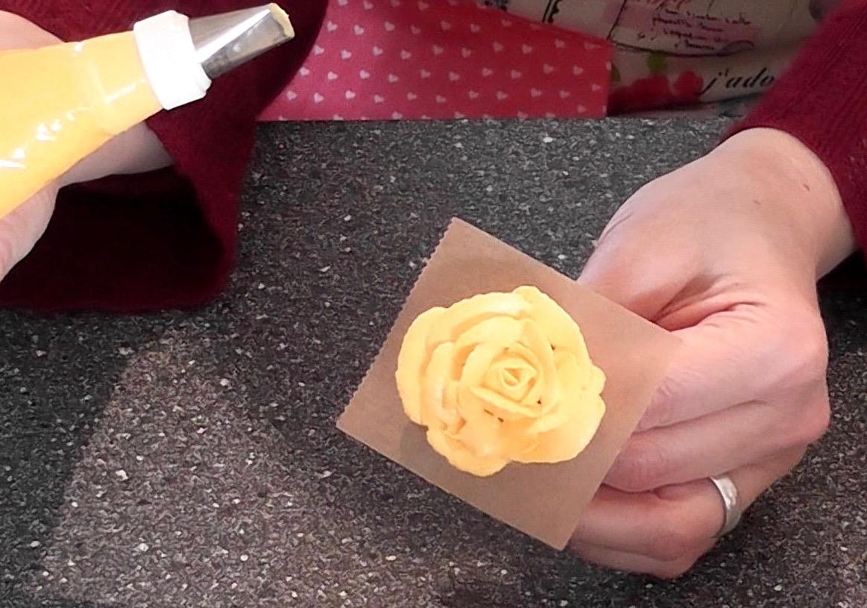 Sommerliche Tiramisu Torte Mit Bluten Aus Buttercreme Sonnenblumen