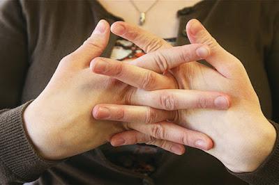 krackling of knuckles, haddiyon ka chatakna