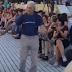 Γιάννης Μπουτάρης: «Μοντέλο» στην πασαρέλα της παραλίας Θεσσαλονίκης (videos)