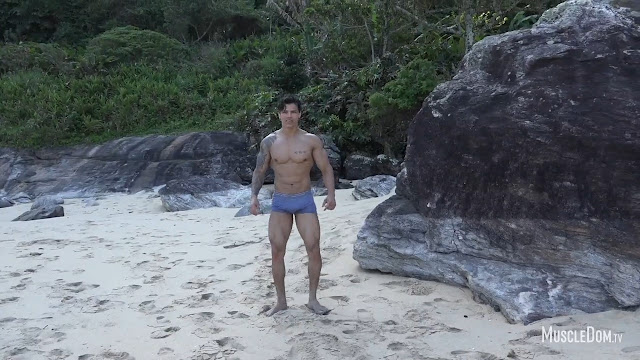 MuscleDom - Andre on the beach
