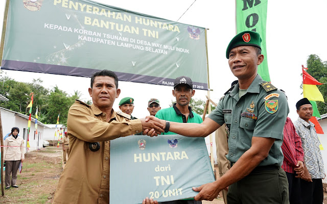 TNI Serahkan Bantuan Huntara Kepada Korban Tsunami Rajabasa