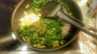 Füllung vorbereiten Knusprige vegane Spinattörtchen im Filoteig
