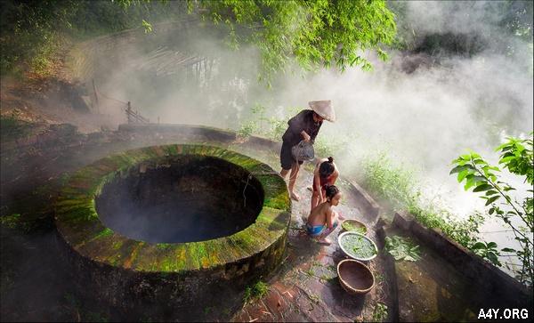 Mẹ tắm cho con bên giếng làng