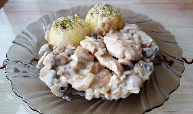 Filet kurczaka z pieczarkami w sosie musztardowym.