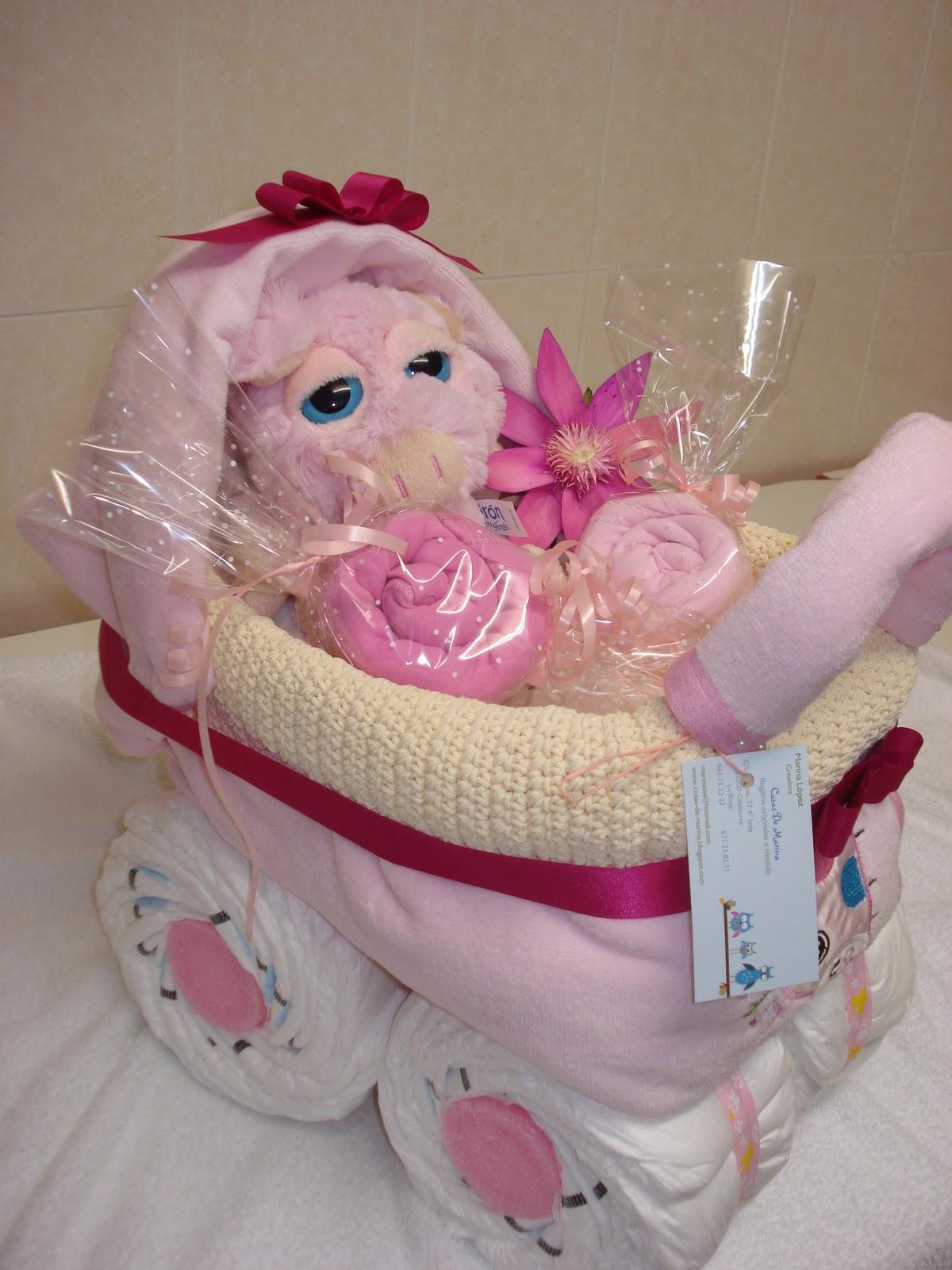 a8d9beb11125 40 Pañales talla de 3 a 6 kg. - Juego de tres toallas de baño para el bebé.  -2 Bodys ML talla de 0 a 3 meses. - 1 Peluche suavinex. - 1 Cesta.