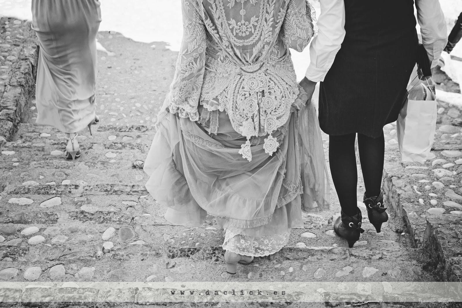 vestido de novia bajando la escalera empedrada
