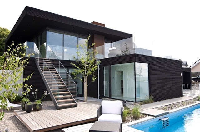 Depan Rumah di Tepi Pantai