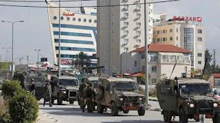 Tentara Israel ketika memasuki wilayah Ramallah di Tepi Barat, Senin (10/12/2018), satu hari setelah insiden penembakan yang melukai tujuh orang di Ofra. (AFP)