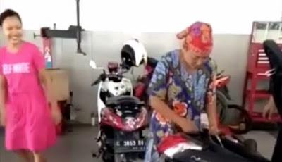 Emak-emak keluarkan ular dari dalam motor N-Max.