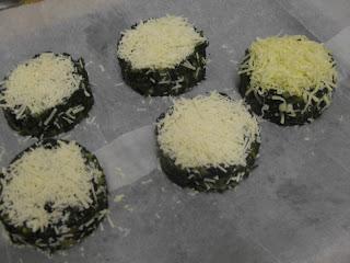 Pasteles de espinacas con patatas cubiertos de queso rallado