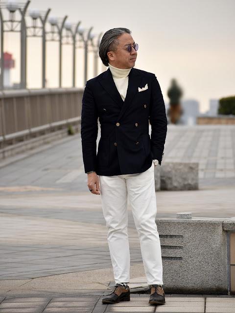 スーツとタートルネックのスタイル