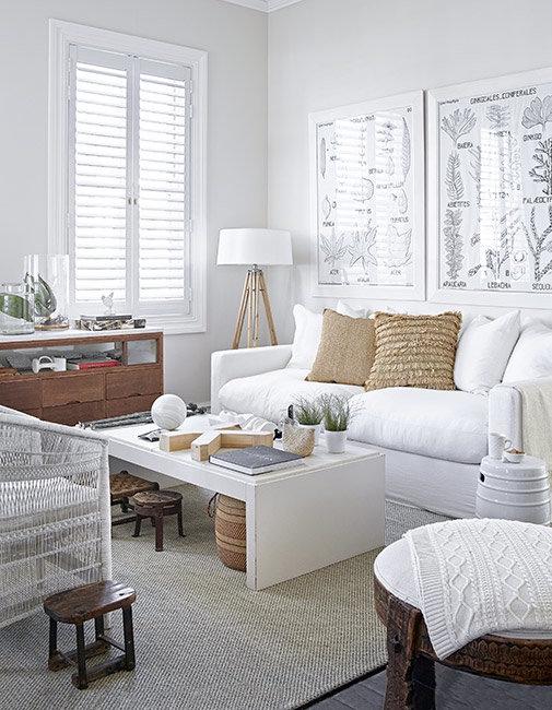 sofal blanco con lampara de pie de madera natural y detalles playeros chicanddeco